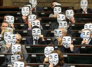 Νομοθέτες της Πολονίας δαδήλωνουν στη βουλη της χώρας κατα της ACTA